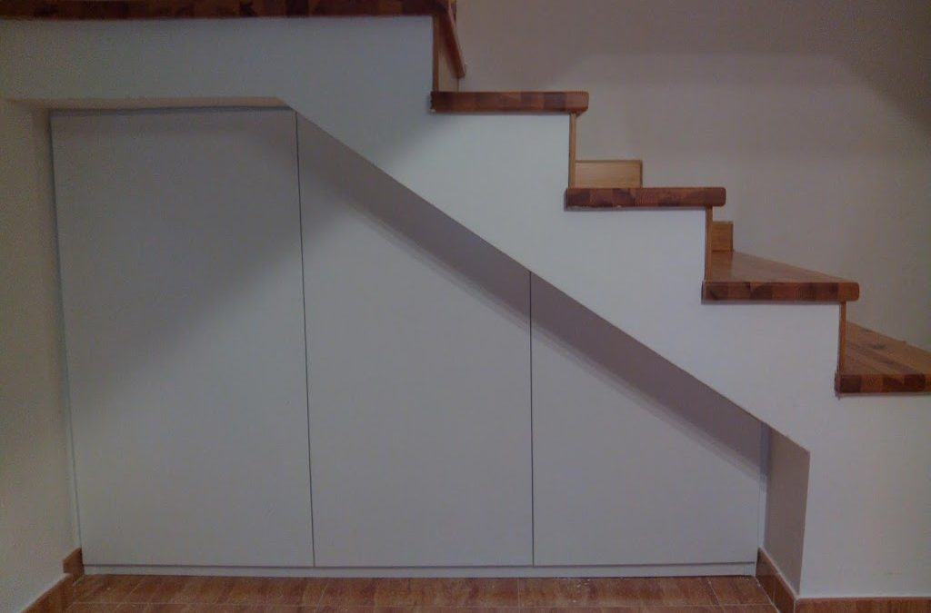 Marco con puertas bajo escalera